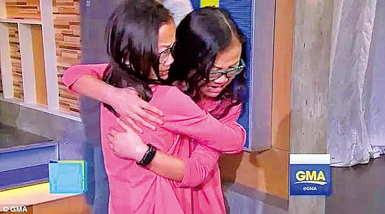 姐妹倆登上節目重逢,彼此相擁而泣。(視頻截圖)