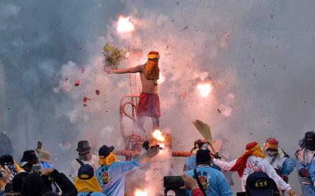 炮炸寒單爺祈福消災、溫暖人心,為今年的台灣台東元宵節系列活動揭開序幕。(中央社)
