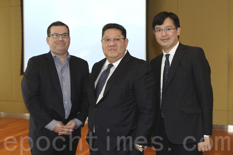 法國巴黎銀行證券分析董事總經理李偉烈(中)、法巴亞太區保險研究部主管陳志銘(右)。(余鋼/大紀元)