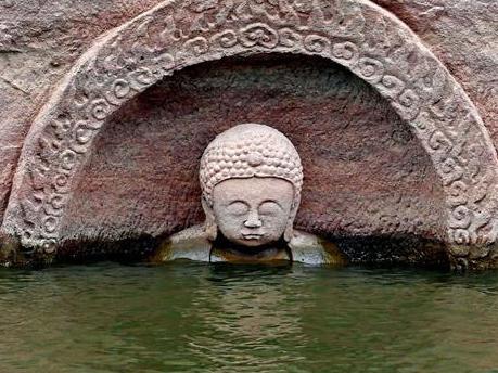 一座有600年歷史的佛像在中國江西省的一個水庫被發現。當地在1960年為了修水庫而淹沒了這座佛像。不想因禍得福,該佛像得以逃過文革劫難。(網絡圖片)