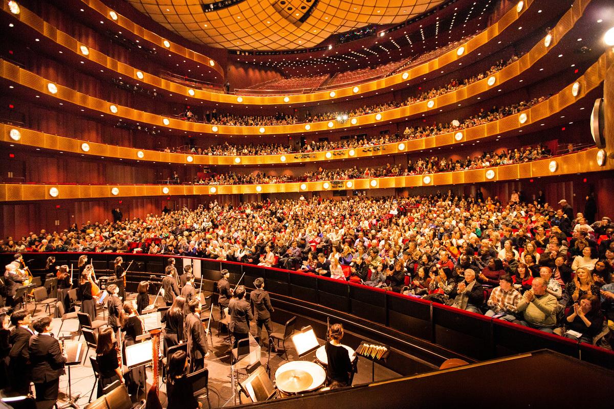 2017年1月11日晚,神韻國際藝術團在紐約林肯中心大衛寇克劇院的首場演出,全場爆滿。(戴兵/大紀元)
