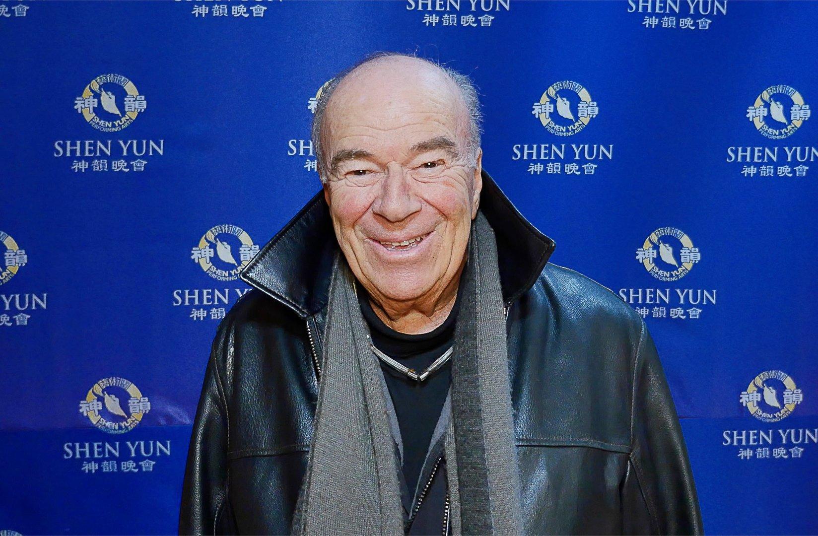 美國聯邦法官Frederic Block說:「演出中有很多節目讓我心儀……神韻交響樂的細膩處理和演員們的非凡才能,都讓我心懷感激。」(新唐人電視台提供)