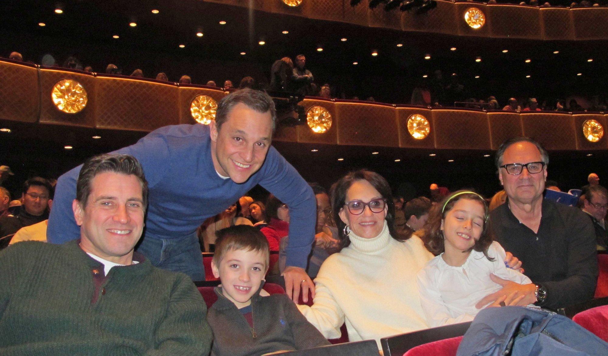 保健品公司總裁Phyliss Cunningham女士(右三),祖孫三代一起觀賞神韻國際藝術團在林肯中心的第五場演出。(麥蕾/大紀元)