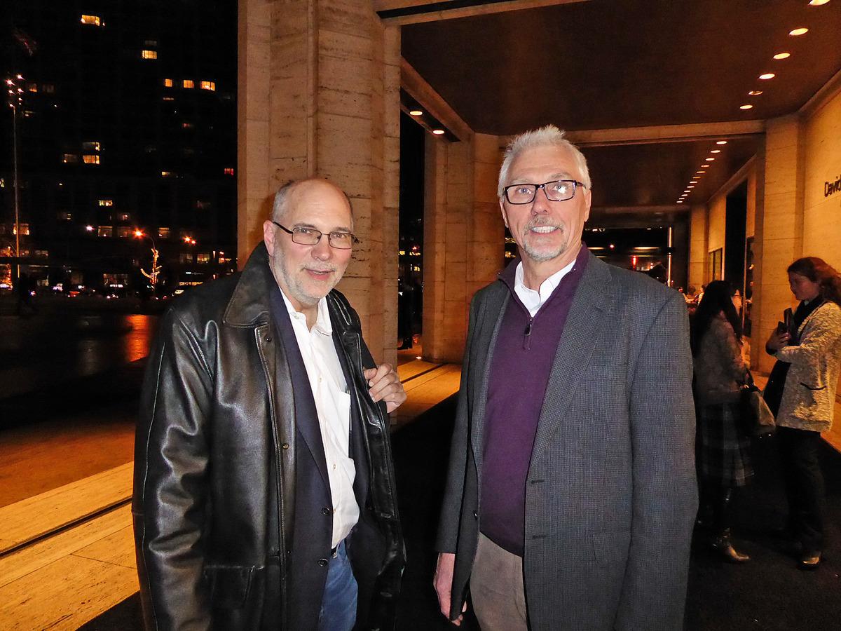 世界舞台公司視聽工程師Lars Peterson(右)和項目經理John Ackerman(左)慕名前來觀看神韻的頂尖視頻技術,向神韻學習。(良克霖/大紀元)