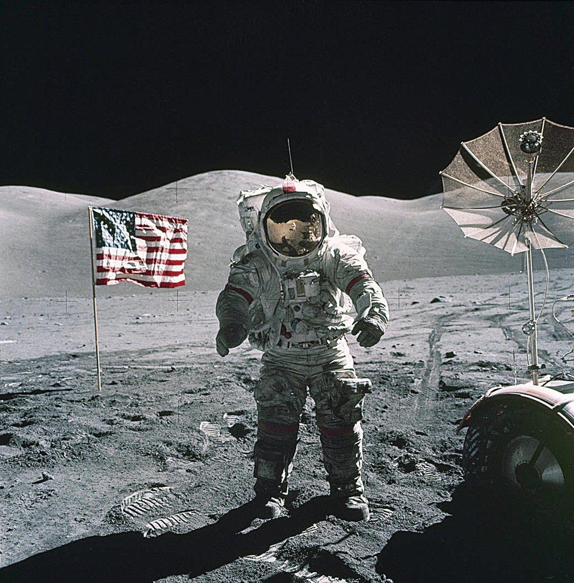太空人攜回的月球岩石,已被測定有43億年至46億年的歷史,這已相當於太陽系的歷史了。(NASA)