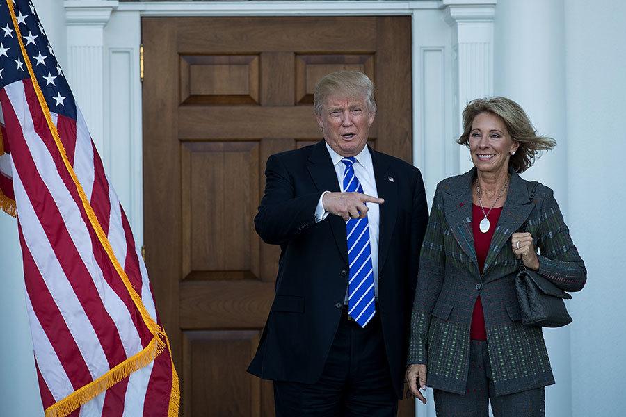 新當選總統特朗普提名德沃斯為新一任教育部長,圖為2016年11月19日,特朗普在新澤西州的一處俱樂部會見德沃斯,為組閣做準備。(Drew Angerer/Getty Images)