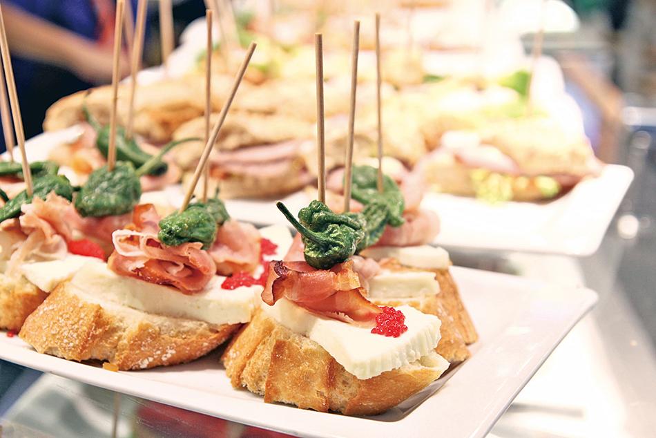 常見的西班牙開胃菜,切片的長棍麵包搭配各種食材。