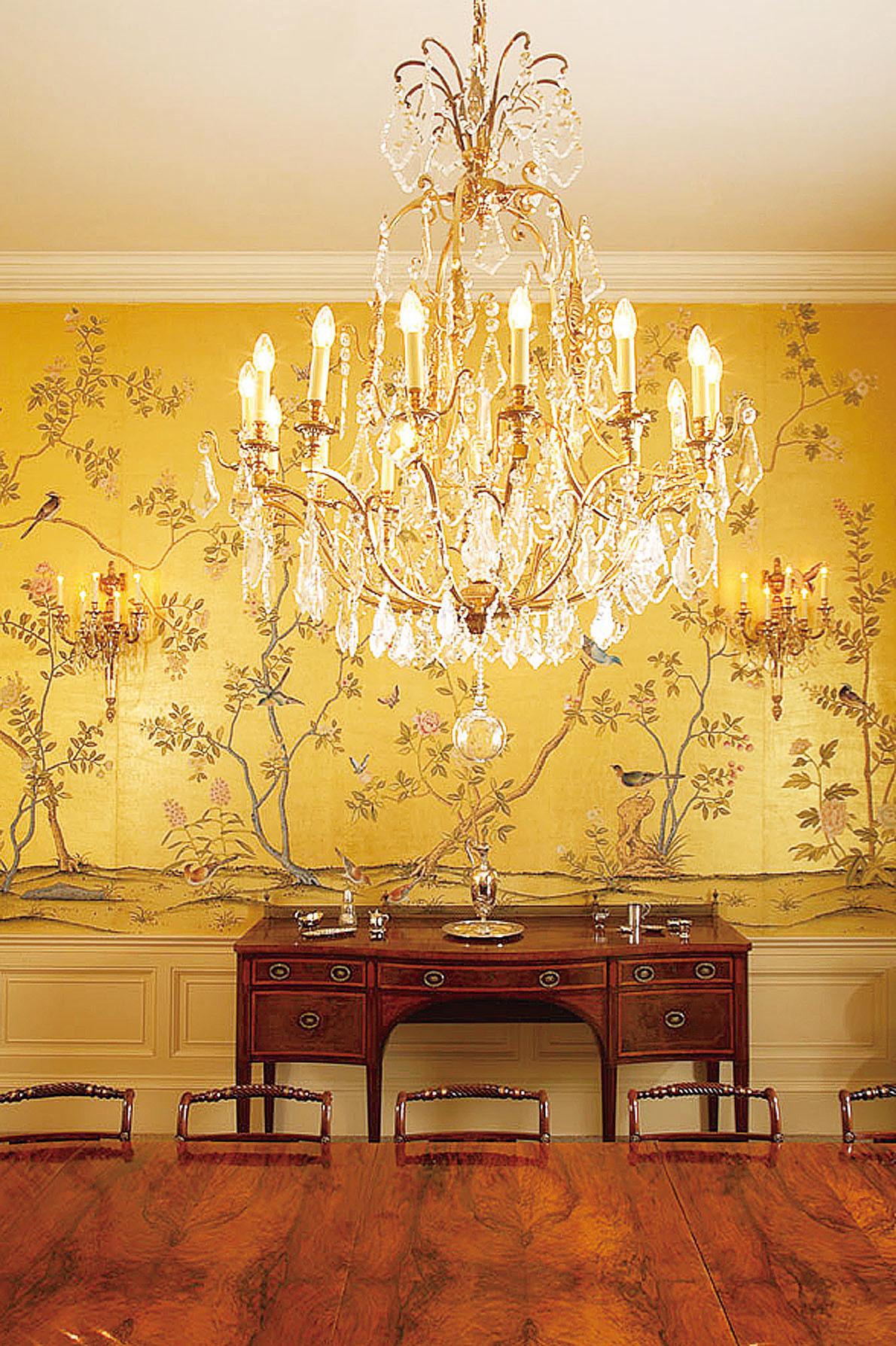 黃色給人溫暖舒適的感覺。而黃色絲質手繪牆紙則為家居增添宮廷貴族的奢華氣派。(網絡圖片)