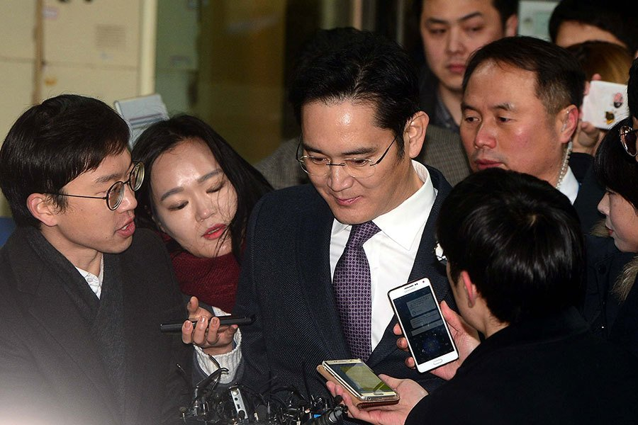涉嫌向朴槿惠總統行賄430多億韓元的三星副會長李在鎔(左三)18日上午,前往首爾中央地方法院接受法院簽發拘捕令前的審訊。(Newsis)