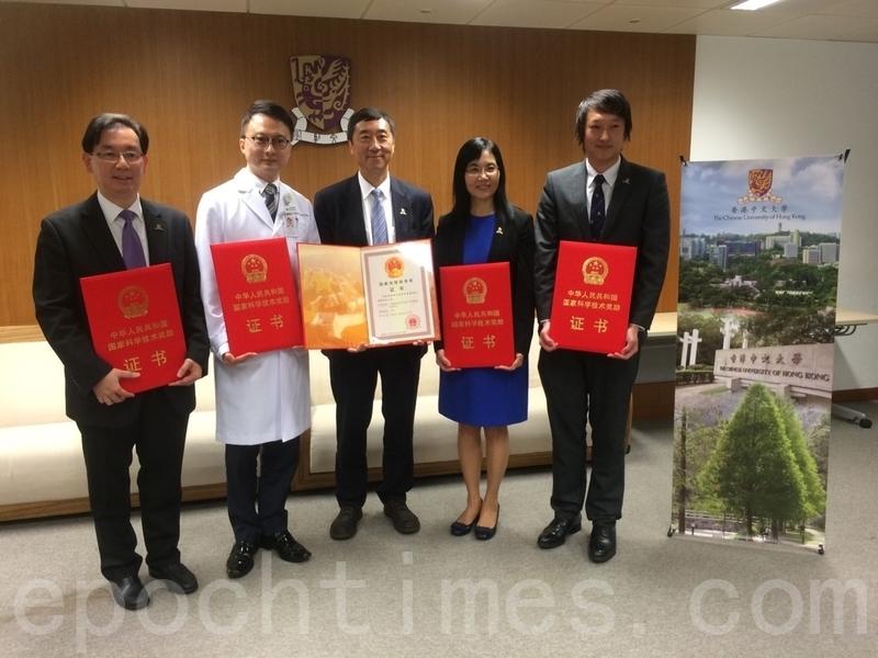 沈祖堯教授(中)領導的團隊,獲得國家自然科學獎二等獎。(趙若水/大紀元)