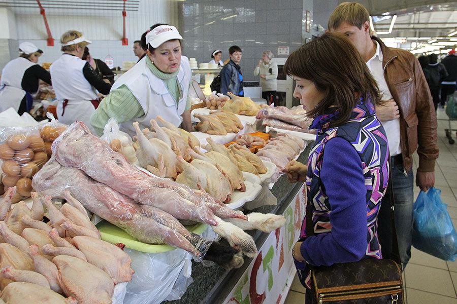 現在每天有很多的中國人越過中俄邊界,到俄國購買食物,特別是肉攤上的豬肉、雞肉和牛肉。(Alexey SAZONOV/AFP/Getty Images)