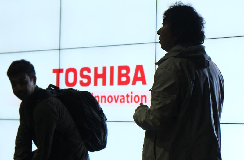 19日媒體曝出日本東芝公司去年收購美國核能企業出現的損失金額高達5,000億日元,當天東芝的股票暴跌18%,東芝急需金融機關給予援手渡過難關。(Getty Images)