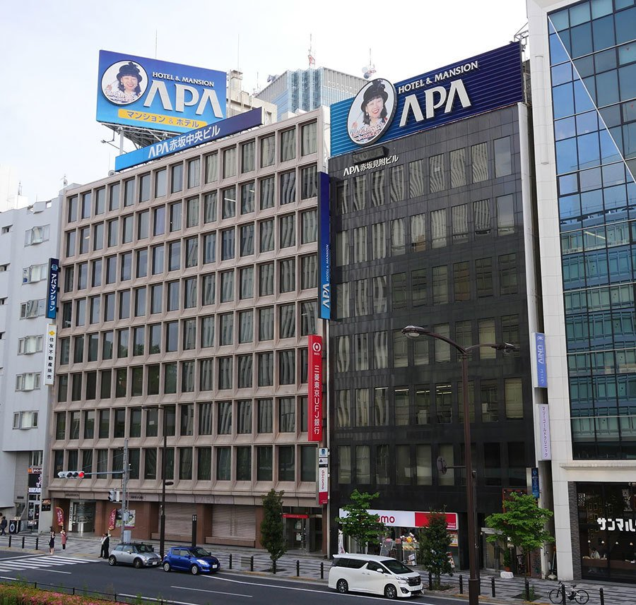 近日,日本的商務賓館APA在其各地連鎖的賓館擺放其老闆著書的否定南京大屠殺的書籍一事,在中兩國的社交媒體引起強烈反響。(維基百科)