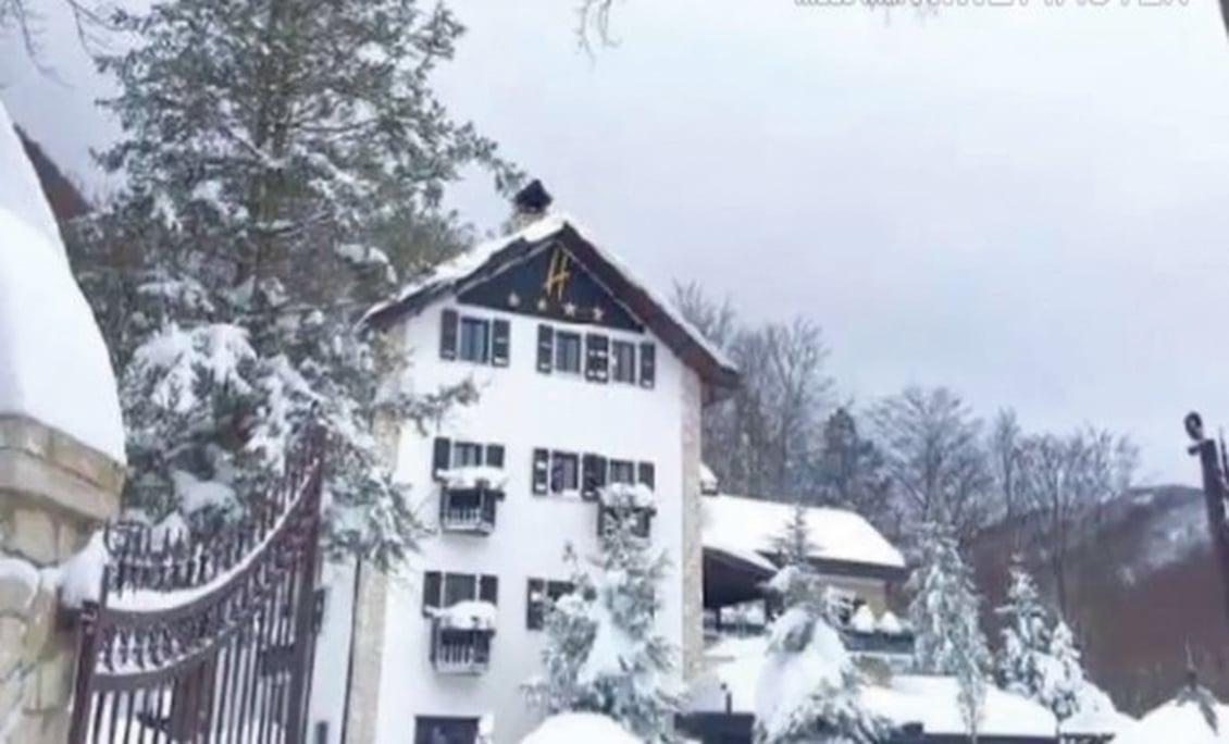意大利中部18日的地震引發大薩索山(Gran Sasso)雪崩,掩埋山下一家度假酒店,恐有30人遭到大雪掩埋。圖為遭到大掩埋的酒店。(影片擷圖)