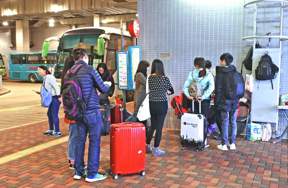 由深圳邊境到屯門,只需約15鐘巴士車程,所以大陸自由行人士都去掃年貨。(余鋼/大紀元)