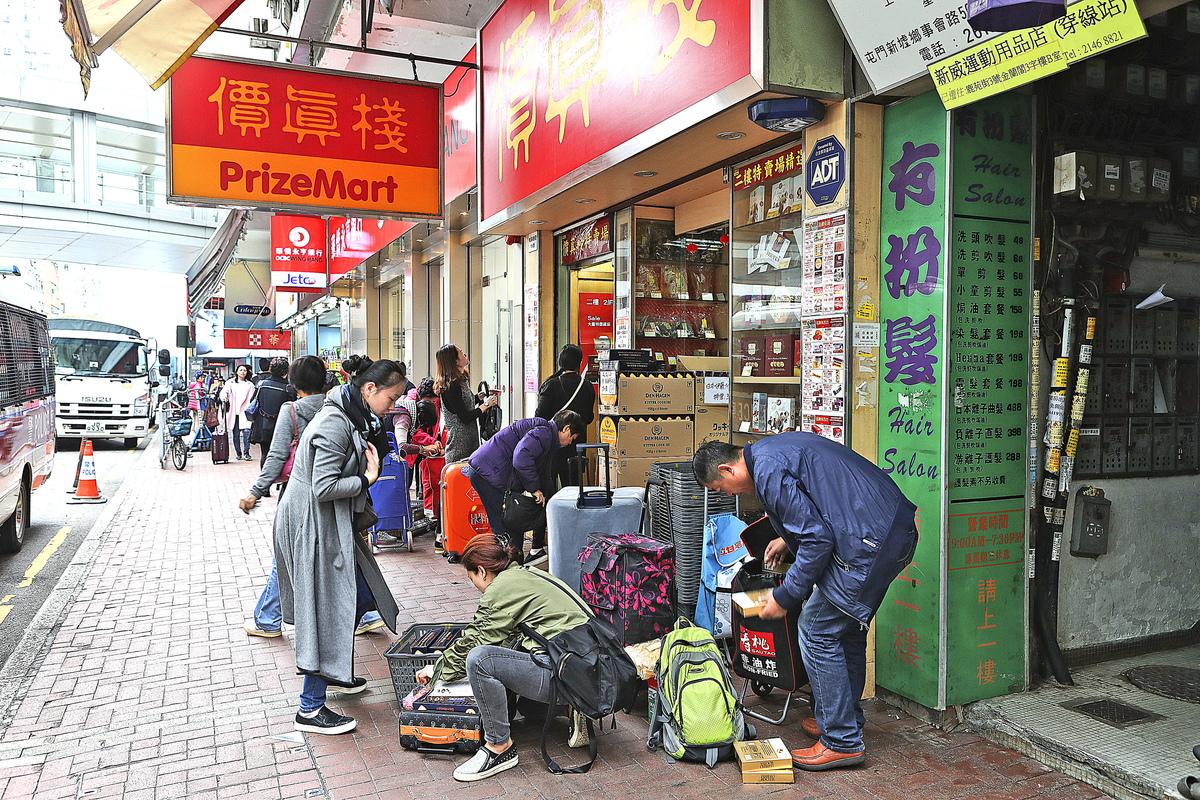 臨近黃曆新年,本港市面上出現更多大陸自由行人士特地購買年貨。(余鋼/大紀元)