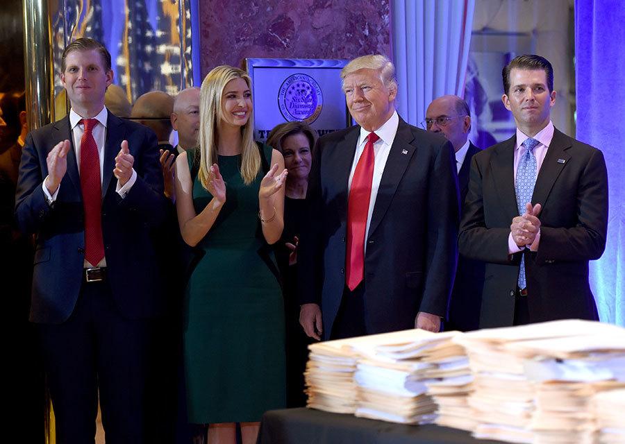 伊萬卡(左二)16日接受ACB新聞專訪時表示,她不會在梅拉尼亞入住白宮前,使用白宮東翼辦公室及取代第一夫人的角色。(TIMOTHY A. CLARY/AFP/Getty Images)
