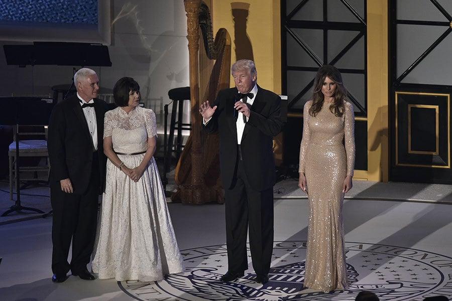 1月19日晚,特朗普和妻子梅拉妮亞參加燭光晚餐。圖為特朗普夫婦和彭斯夫婦。(MANDEL NGAN/AFP/Getty Images)