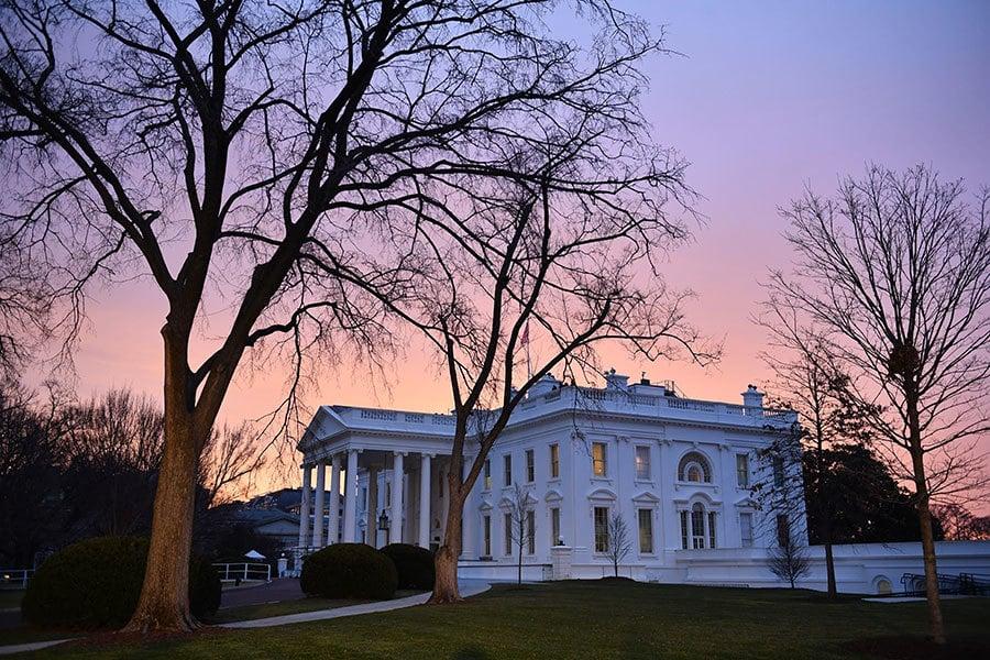1月20日,特朗普宣誓成為美國第45任總統前,和妻子梅拉妮亞抵達白宮。(Kevin Dietsch-Pool/GettyImages)