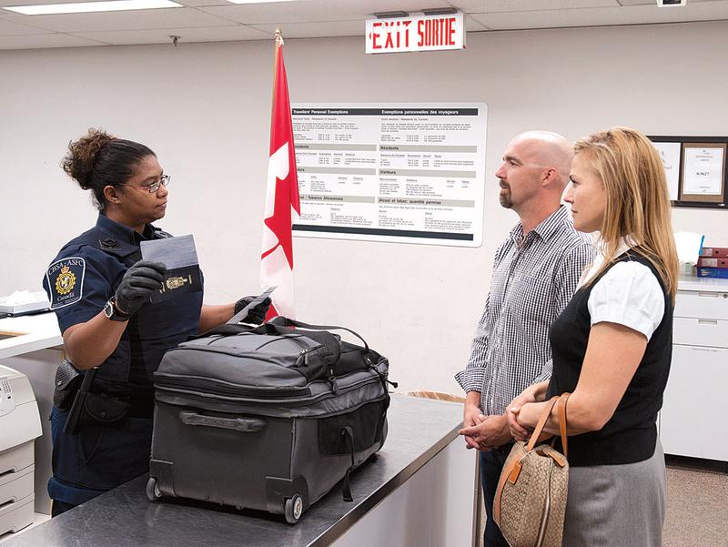 CBSA發言人說,根據加拿大《海關法》,海關官員有權搜查旅客所有的行李,包括行動電話與平板電腦等電子產品。(加拿大邊境服務署)