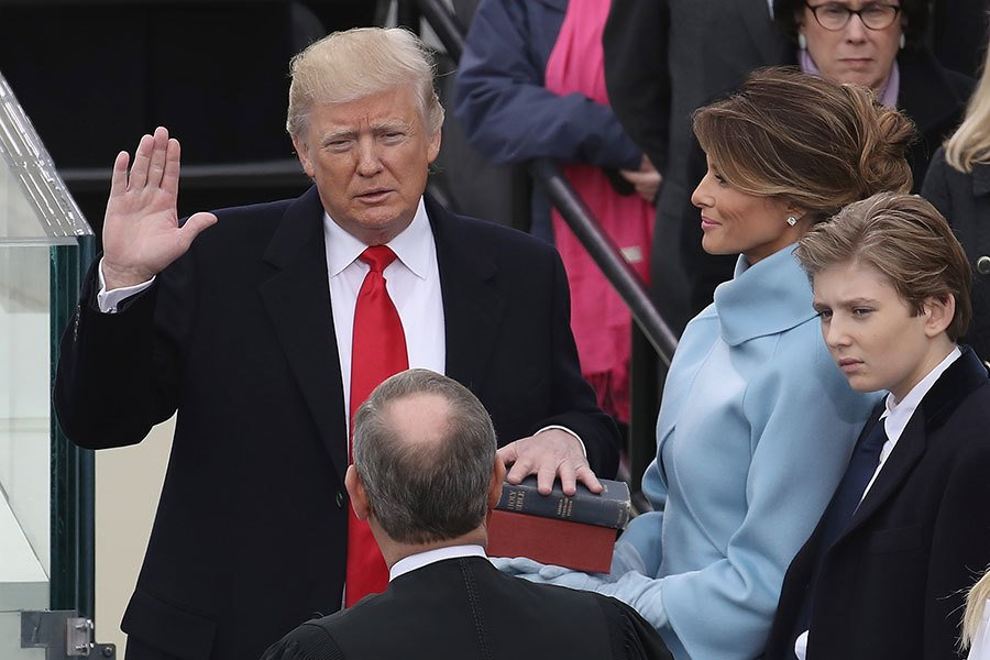 2017年1月20日,特朗普在大法官羅伯茨的支持下宣誓就任美國第45任總統。(Drew Angerer/Getty Images)