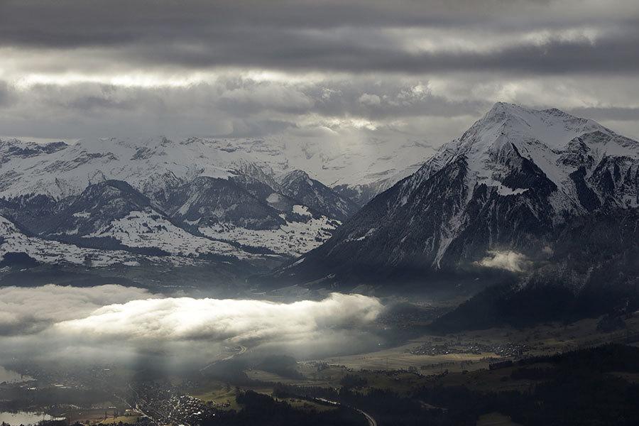 即使在高高的瑞士阿爾卑斯山上,空氣中也充滿了濃濃的不確定性。政治和商業精英們帶著對未來的擔憂離開了達沃斯年會。世界經濟論壇四天的討論沒有讓2017年的前景變得更加明朗。(GARY CAMERON/AFP/Getty Images)
