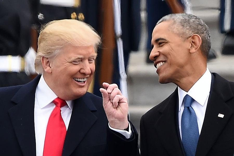 2017年1月20日,總統宣誓就職儀式結束後,正式成為美國總統的特朗普與剛剛卸任的奧巴馬在國會大廈東翼相談甚歡。(ROBYN BECK/AFP/Getty Images)