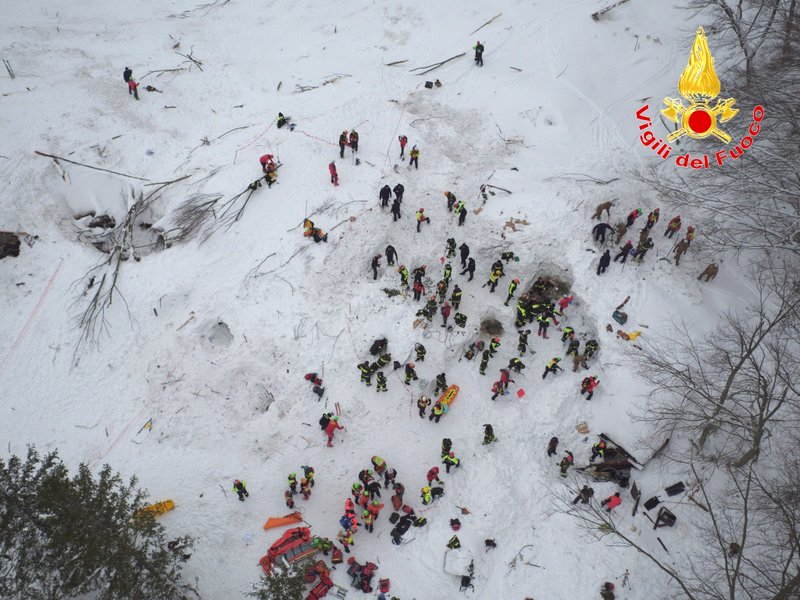 意大利18日雪崩掩埋酒店,至今有11名生還者獲救。(Handout/Vigili del Fuoco/AFP/Getty Images)