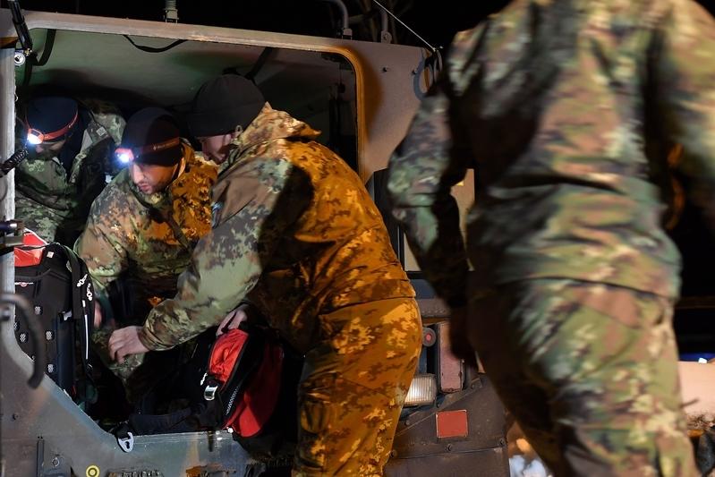 意大利里格皮亞諾酒店被厚雪掩埋。圖為19日,救援人員準備加入救援行動。(ANDREAS SOLARO/AFP/Getty Images)