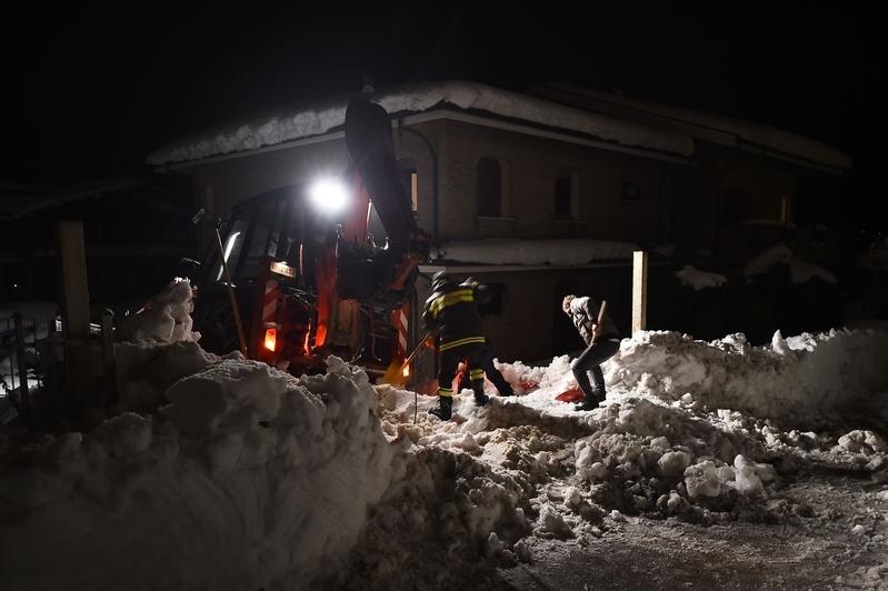 意大利里格皮亞諾酒店被厚雪掩埋。圖為19日,救援人員鏟除通往Penne村的道路上的雪。(FILIPPO MONTEFORTE/AFP/Getty Images)