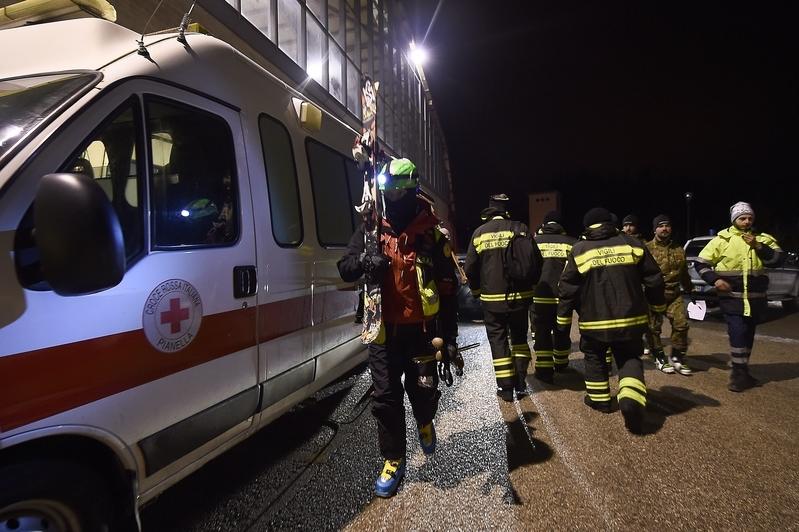 意大利里格皮亞諾酒店被厚雪掩埋。圖為19日,救援人員準備加入救援行動。(FILIPPO MONTEFORTE/AFP/Getty Images)