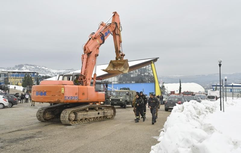 意大利里格皮亞諾酒店被厚雪掩埋。圖為20日,救援人員準備加入Penne村附近的救援行動。(ANDREAS SOLARO/AFP/Getty Images)