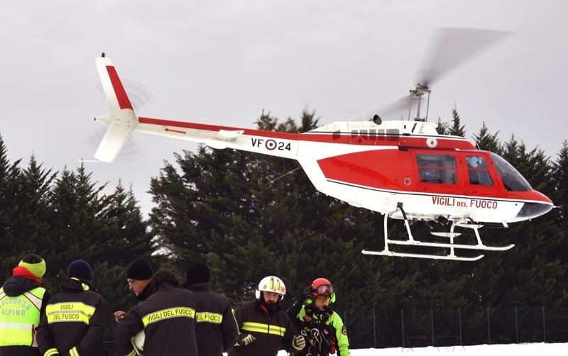 意大利里格皮亞諾酒店被厚雪掩埋。圖為20日,直升機加入了Penne村附近的救援行動。(ANDREAS SOLARO/AFP/Getty Images)