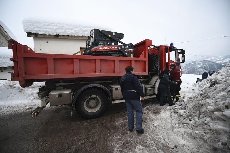 意大利里格皮亞諾酒店被厚雪掩埋。圖為20日,救援人員與他們的設備聚集在Farindola鎮。(FILIPPO MONTEFORTE/AFP/Getty Images)
