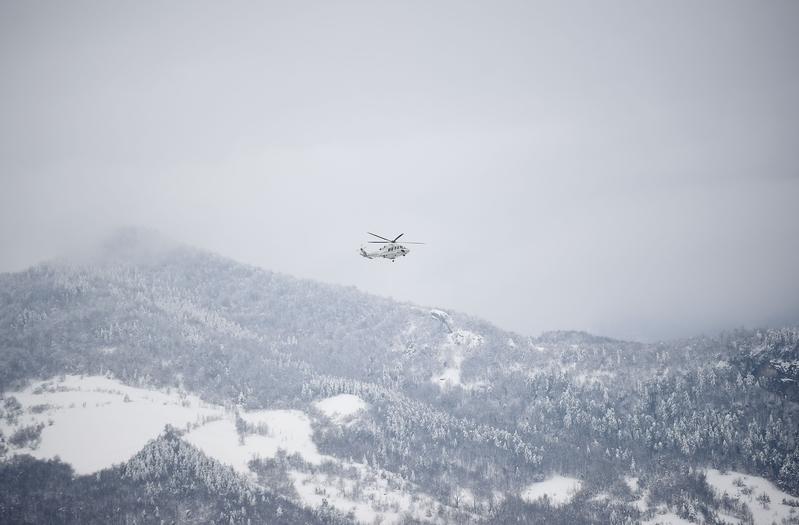 意大利里格皮亞諾酒店被厚雪掩埋。圖為20日,救援直升機飛往雪崩的地方。(FILIPPO MONTEFORTE/AFP/Getty Images)