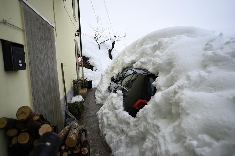 意大利里格皮亞諾酒店被厚雪掩埋。圖為20日,Farindola鎮,車輛被雪覆蓋。(FILIPPO MONTEFORTE/AFP/Getty Images)