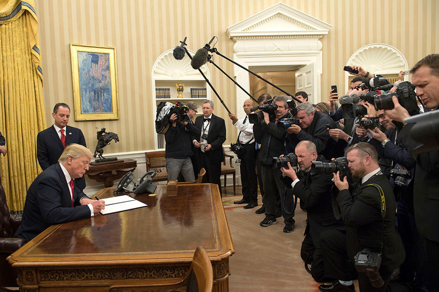 在參加就職舞會前,特朗普已經簽署一道行政命,即指令聯邦機構採取措施,減輕「奧巴馬健保」給人們帶來的負擔,為最終廢除或取代這項醫保鋪路。(Kevin Dietsch – Pool/Getty Images)