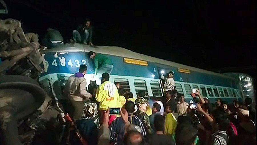印度東部當地時間21日晚上一列特快車七節車廂及火車頭脫軌翻覆,造成至少36人死亡,數十人受傷。(AFP PHOTO AND NNIS / STR)