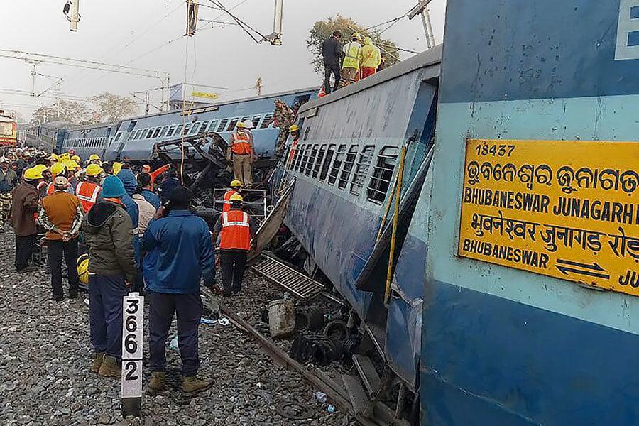 印度東部當地時間21日晚上一列特快車七節車廂及火車頭脫軌翻覆,造成至少36人死亡,數十人受傷。(AFP PHOTO / STRINGER)