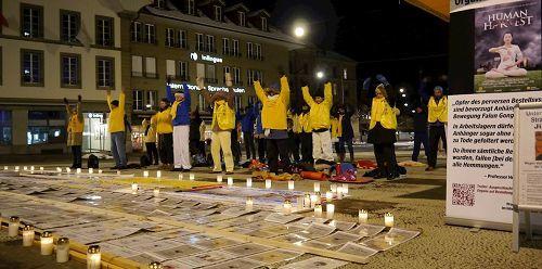 法輪功學員在寒冬燭光守夜,要求制止中共迫害法輪功及活摘法輪功學員器官的罪行。(明慧網)