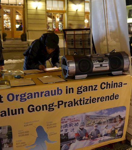 路人簽名要求制止活摘器官,停止對法輪功的迫害及對元兇江澤民提起訴訟。(明慧網)