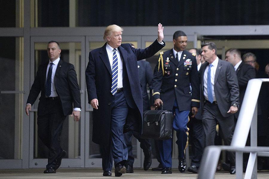 2017年1月21日,美國總統特朗普前往中央情報局總部發表演說。他的軍事隨從替他提著一個黑色公事包,以備他在緊急情況下授權美軍發動核武攻擊。(Olivier Doulier-Pool/Getty Images)