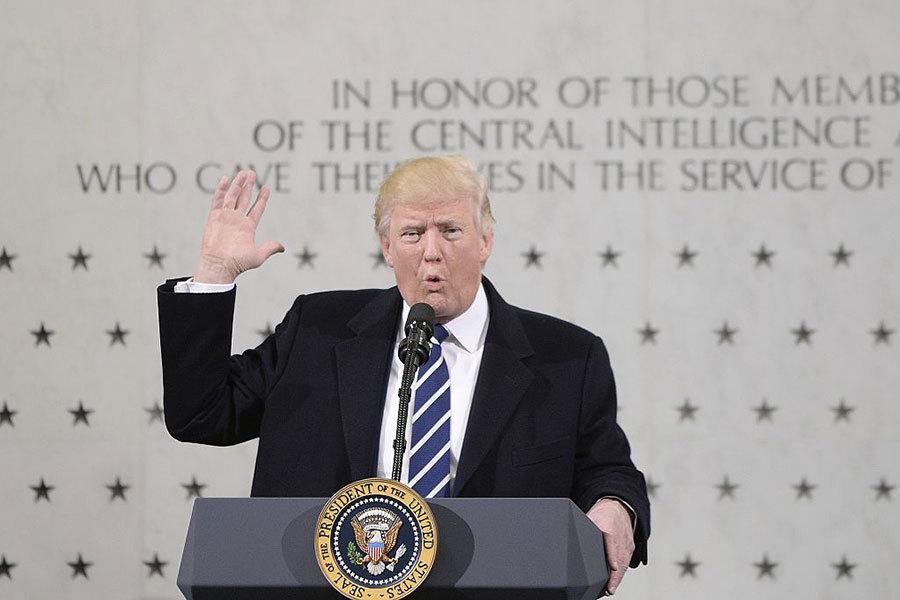 2017年1月21日,特朗普首次以總統身份參觀位於維珍尼亞州的CIA總部,向現場的約300名官員發表演講。(Olivier Doulier – Pool/Getty Images)