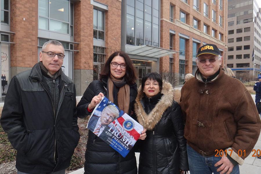 20-30年前定居美國的俄羅斯移民Eannady夫婦(左一和左二)以及Gordon夫婦(右一和右二)1月20日參加特朗普就職典禮,並表示:美國歷史上的最好時代已經到來。(梁硯/大紀元)