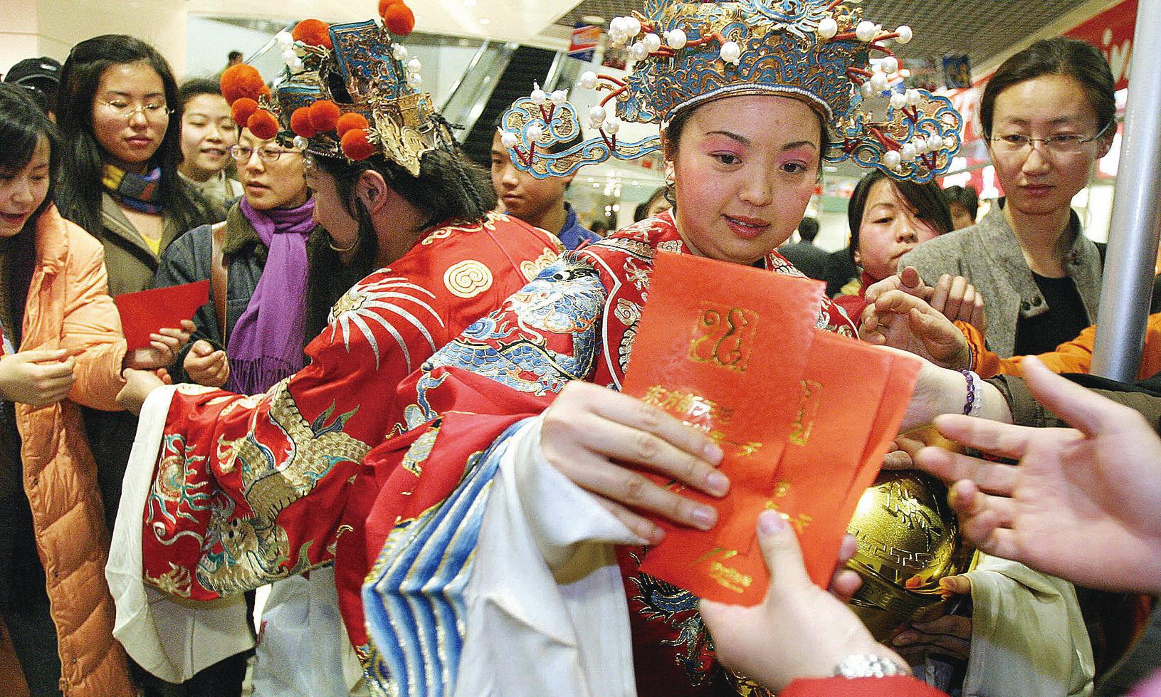中國人在中國新年期間有發紅包的習俗,此外還需要現金購物和旅遊。(Getty Images)