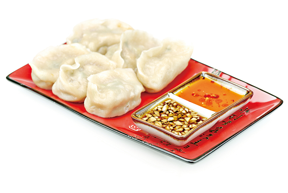 水餃形狀像元寶,年夜飯吃水餃,富有吉祥意涵。
