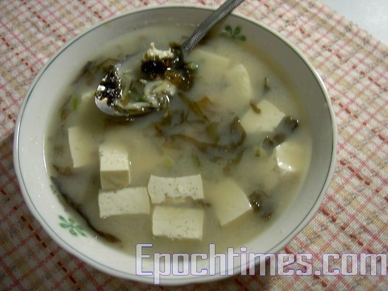 清爽、低熱量的豆腐蝦皮紫菜味增湯。(梅芬/大紀元)