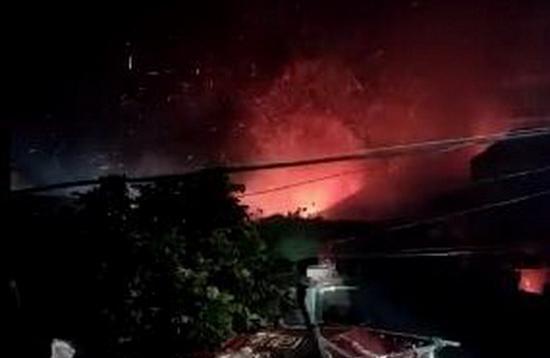 1月19日夜間,中共軍方一直升機在福建墜毀,現場濃煙滾滾,並傳出爆炸聲。兩飛行員遇難。圖為事發現場。(網絡圖片)
