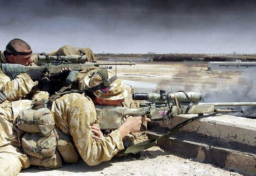 一名英國陸軍特種空勤隊的狙擊手,在距離1800米外一槍擊斃3名IS武裝份子。這種事僅有百萬分之一的機率。圖為英國SAS狙擊手示意圖,與本文無關。(twwiki)