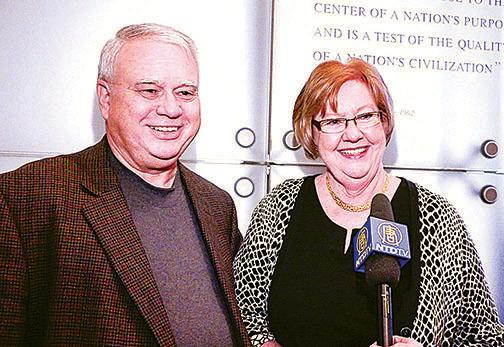 維州商界精英Gary Adkins 先生和太太。( 新唐人電視台)